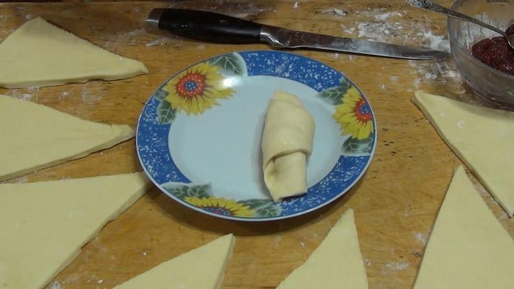 Для приготовления рогаликов с вареньем сформуйте изделие