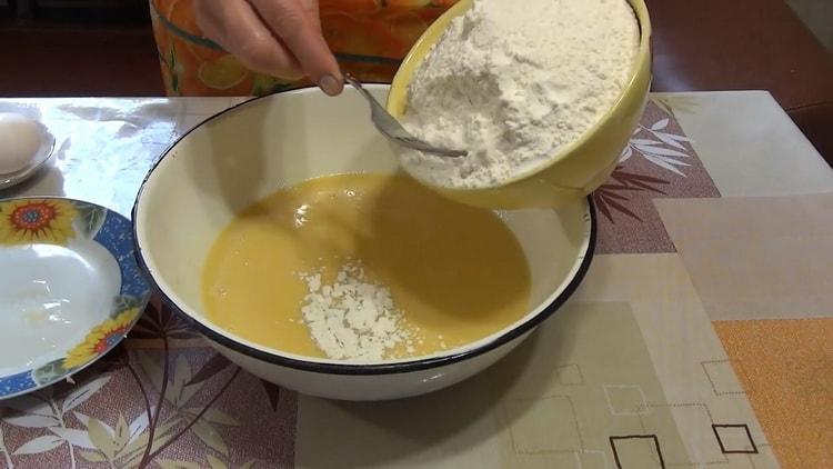 Для приготовления рогаликов с вареньем просейте муку