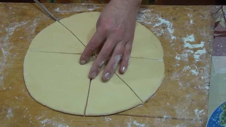 Для приготовления рогаликов с вареньем раскатайте тесто