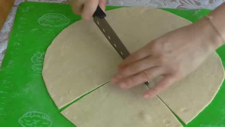 Для приготовления рогаликов нарежьте тесто