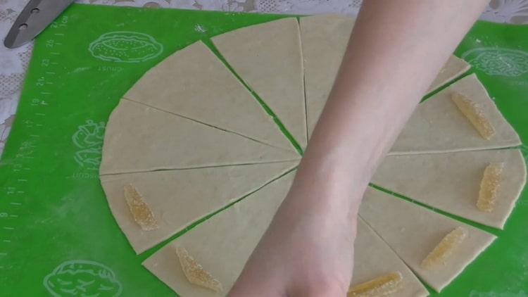 Для приготовления рогаликов выложите на тесто мармелад