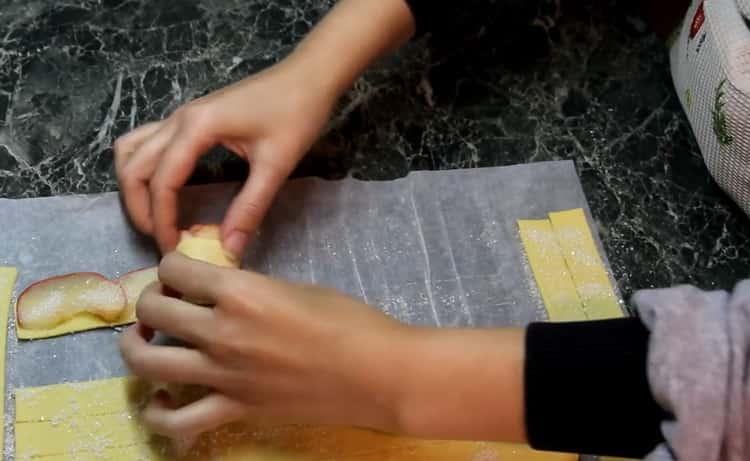 Для приготовления розочек из слоеного теста закрутите тесто