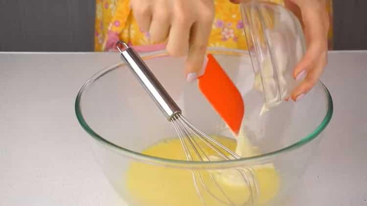 Для приготовления рулета с красной рыбой, соедините ингредиенты для приготовления теста