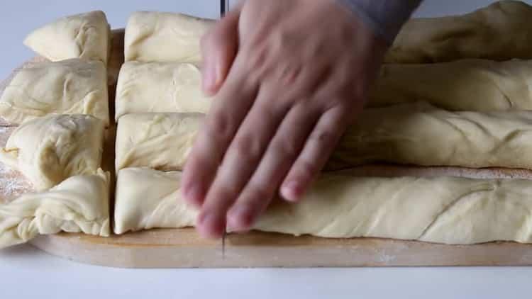 Для приготовления самсы с курицей в духовке нарежьте тесто