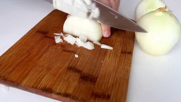 Для приготовления самсы с курицей в духовке нарежьте лук
