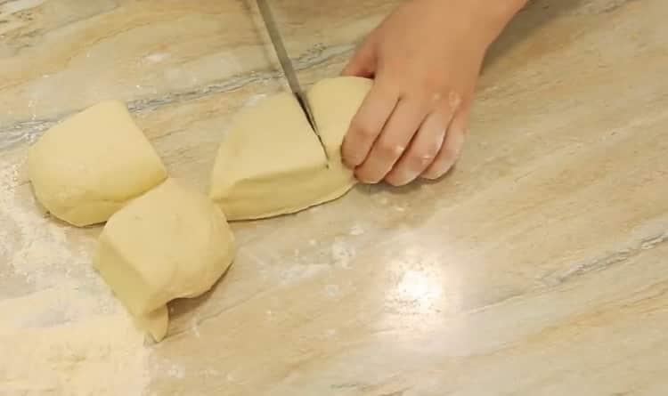 Для приготовления самсы разделите тесто