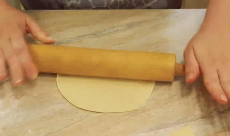 Для приготовления самсы раскатайте тесто