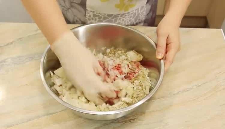 Для приготовления самсы добавьте специи