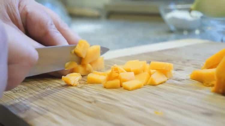 Для приготовления самсы с тыквой нарежьте ингредиенты