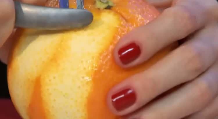 Для приготовления свинины с макаронами подготавливаем апельсины