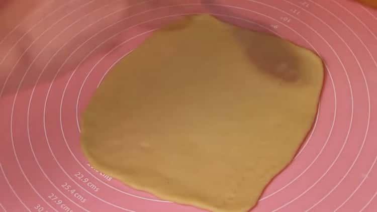 Для приготовления сдобных булочек раскатайте тесто