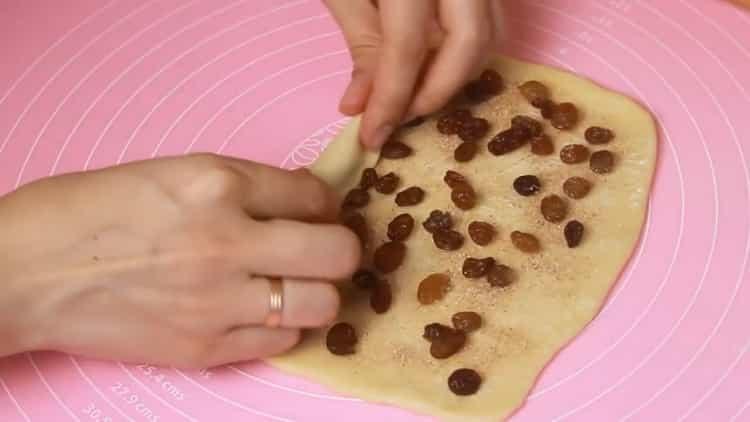 Для приготовления сдобных булочек выложите изюм на тесто