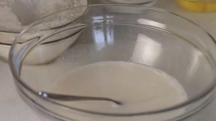 Для приготовления сдобных булочек приготовьте дрожжевое тесто