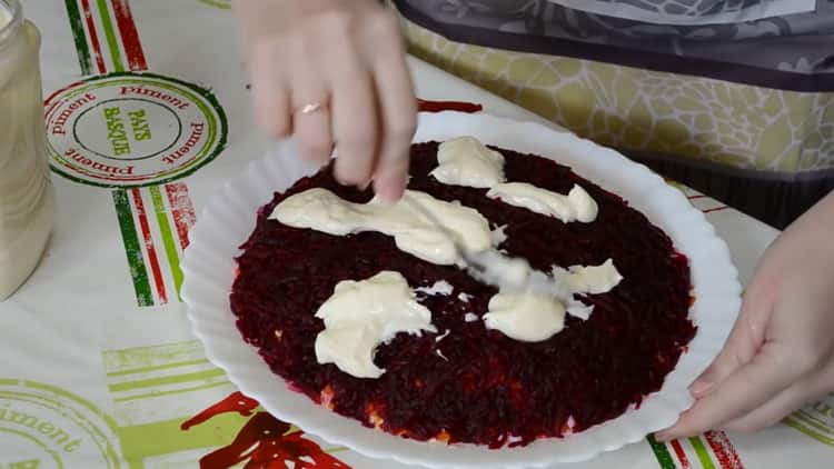 Для приготовления сельди под шубой выложите ингредиенты