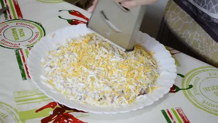 Для приготовления сельди под шубой натрите яйца