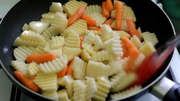 Для приготовления скумбрии с овощами в духовке обжарьте овощи