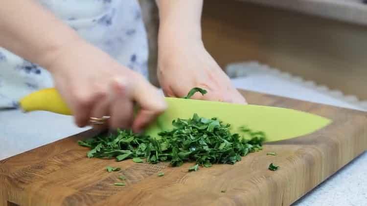 Для приготовления пирожков нарежьте зелень
