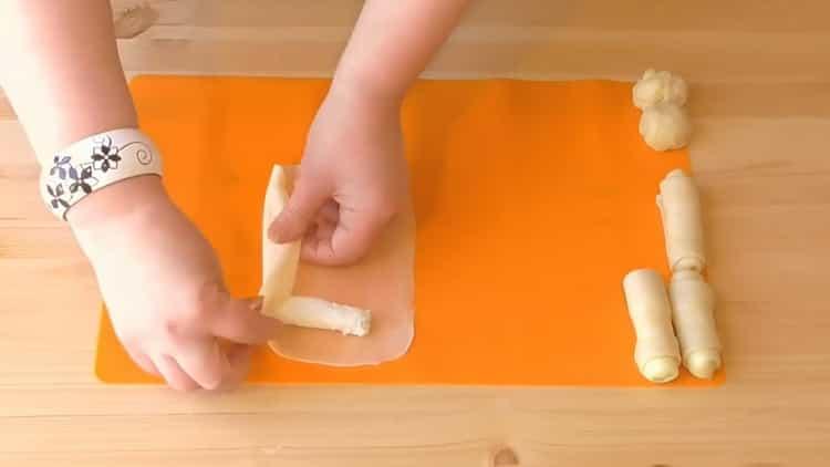 Для приготовления слоеного теста с торгом выложите начинку на тесто