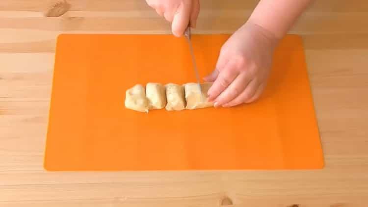 Для приготовления слоеного теста с торгом нарежьте тесто