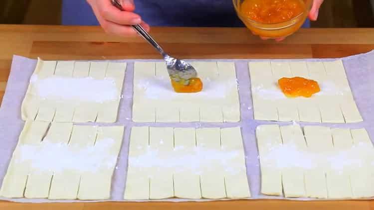 Для приготовления слоек выложите начинку на тесто