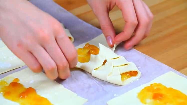 Для приготовления слоек заверните тесто