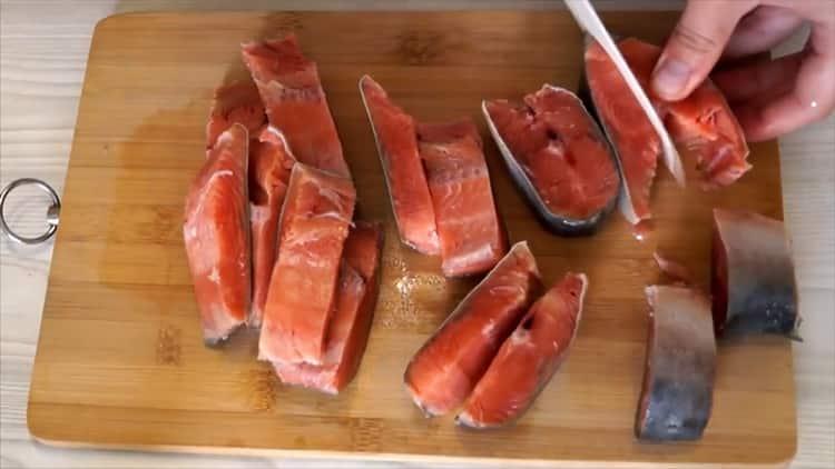 Для приготовления соленой горбуши под семгу нарежьте кусочки