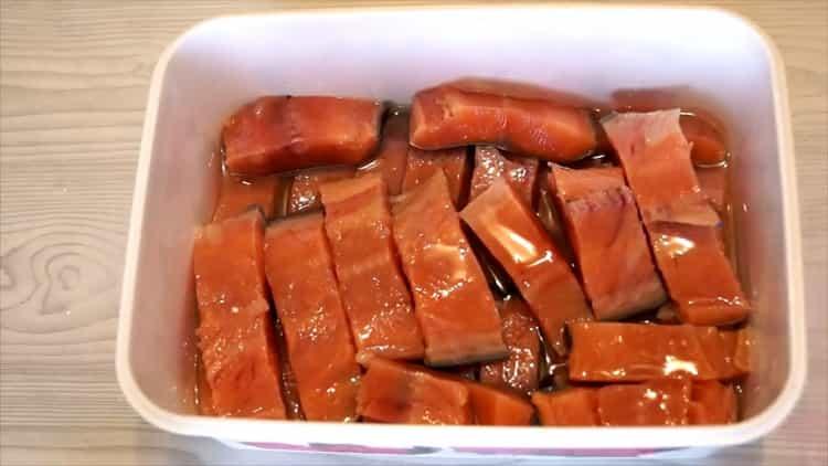 Для приготовления соленой горбуши под семгу выложите рыбу в контейнер