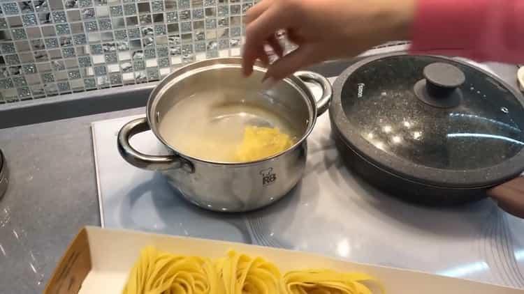 Для приготовления спагетти с креветками в сливочном соусе подготовьте лапшу