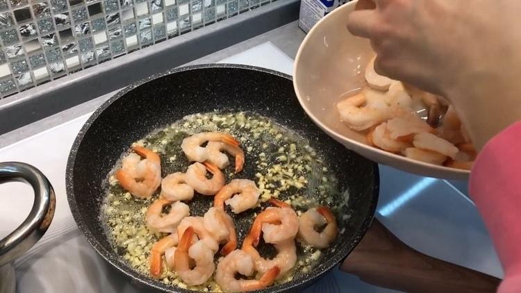 Для приготовления спагетти с креветками в сливочном соусе обжарьте креветки