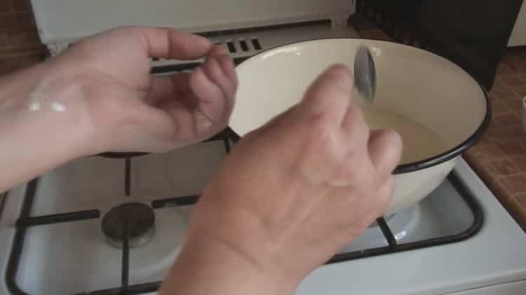По рецепту для приготовления старинного кулича, подготовьте ингредиенты