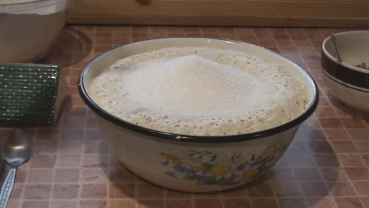По рецепту для приготовления старинного кулича замесите тесто
