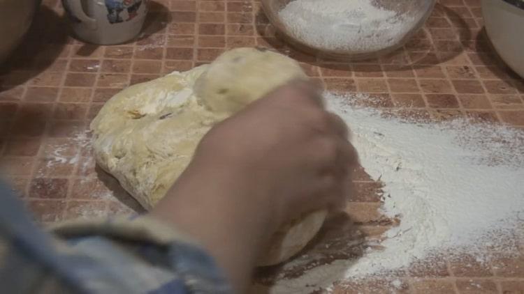 По рецепту для приготовления старинного кулича приготовьте тесто