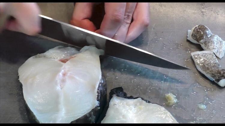 Для приготовления стейка зубатки в духовке, очистите рыбу