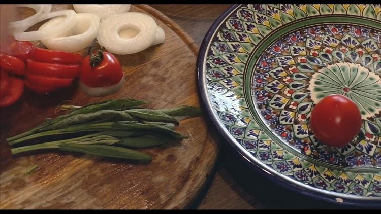 Для приготовления стейка зубатки в духовке, подготовьте овощи
