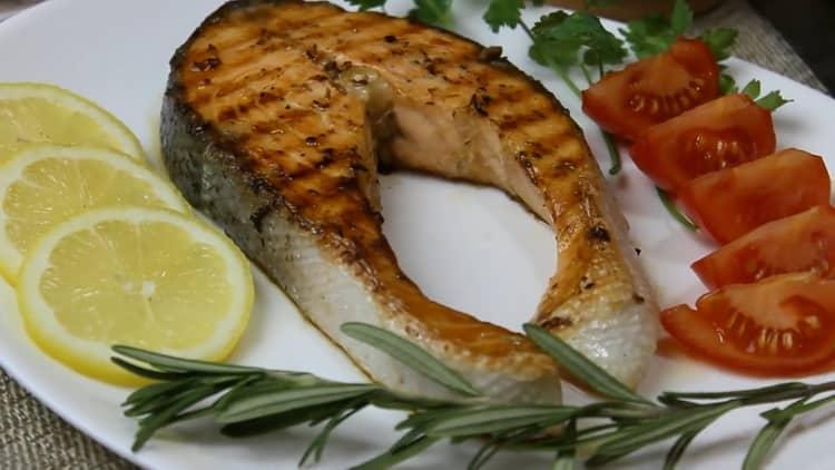Вкуснейший стейк из лосося приготовленный на сковородке готов