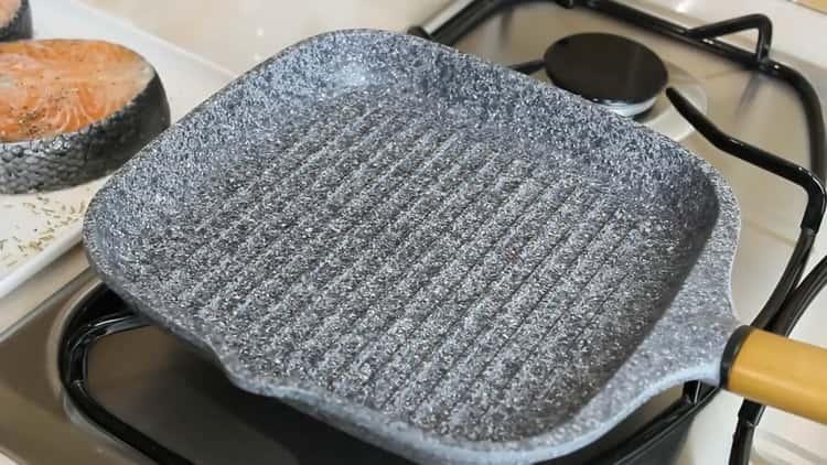 Для приготовления стейка из семги, разогрейте сковородку