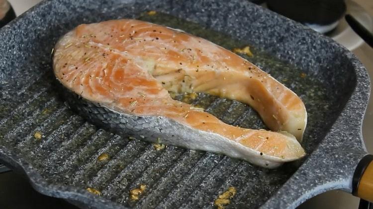 Для приготовления стейка из семги, обжарьте рыбу на сковородке