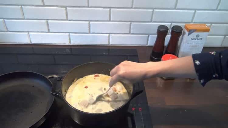 Для приготовления супа из трески добавьте сливки