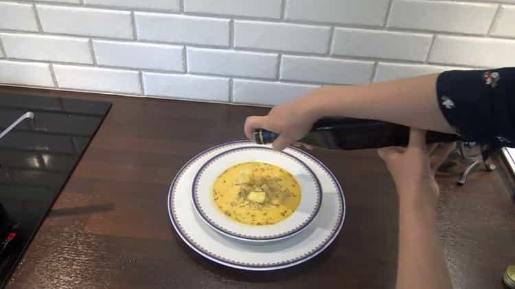 Для приготовления супа из трески добавьте вино
