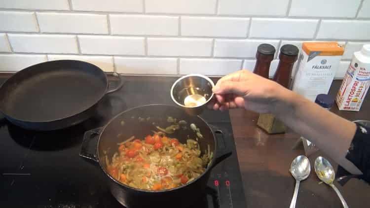 Для приготовления супа из трески добавьте бульон