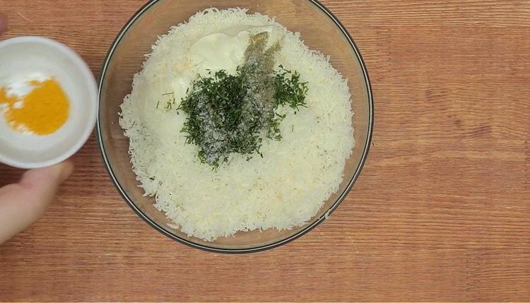 Для приготовления тарталеток с тунцом добавьте в начинку карри