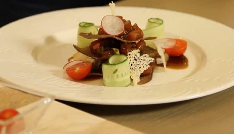 Для приготовления тартара из тунца подготовьте овощи