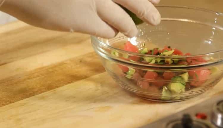 Для приготовления тартара из тунца выдавите лайм