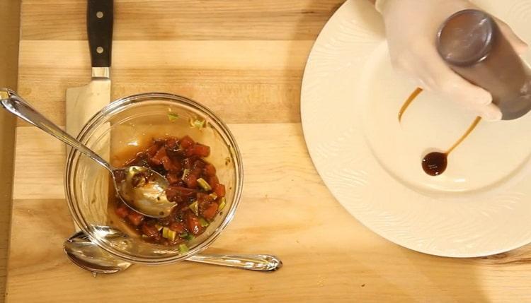 Для приготовления тартара из тунца добавьте соус