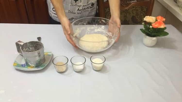 Для приготовления теста для беляшей замесите тесто