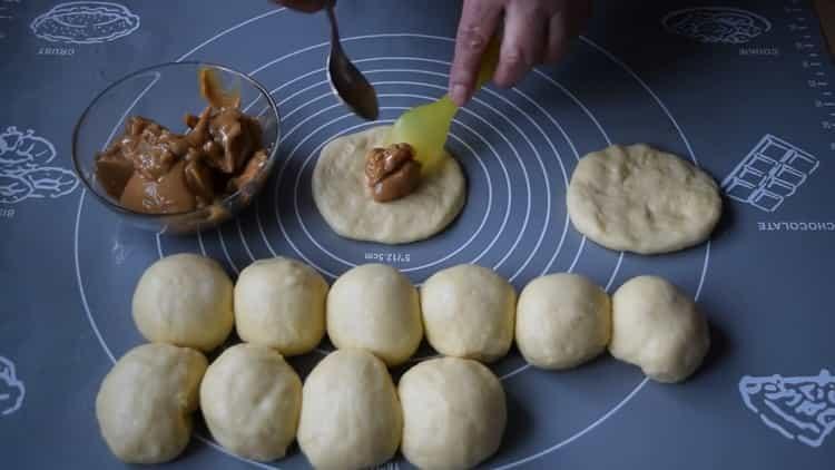 Для приготовления будочек выложите начинку на тесто