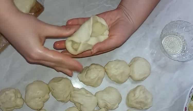 Для приготовления теста для пирожков полдожите начинку на тесто
