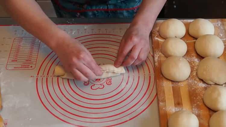Для приготовления плюшек, скрутите тесто в трубочку