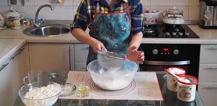 Для приготовления теста для плюшек просейте тесто