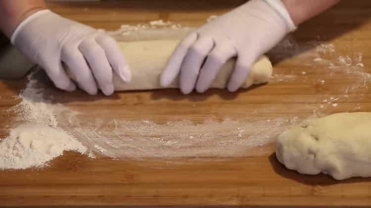 Для приготовления булочек разделите тесто